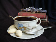 Das Mädchen in einem weißen Hausmantel mit einem Tasse Kaffee Stockfoto