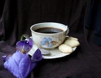 Das Mädchen in einem weißen Hausmantel mit einem Tasse Kaffee Lizenzfreies Stockbild