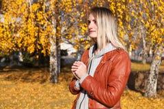Das Mädchen in einer Lederjacke Lizenzfreies Stockbild