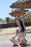 Das Mädchen in einer Lotoshaltung Stockfotos