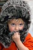 Das Mädchen in einer Pelzschutzkappe Stockfotografie