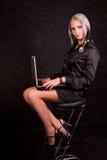 Das Mädchen in einer strengen Klage Lizenzfreies Stockfoto
