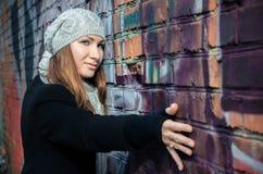 Das Mädchen an einer Wand. Stockbilder