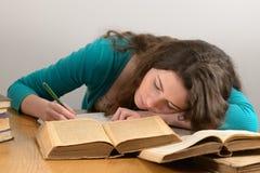 Das Mädchen eingeschlafen mit einem Buch Lizenzfreie Stockfotos