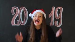 Das Mädchen empfängt ein Geschenk für das neue Jahr, die Aufschrift 2019 stock video footage