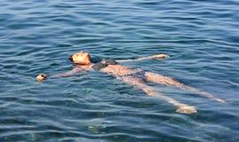 Das Mädchen entspannt sich auf einem Wasser Stockfoto