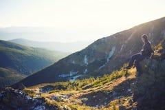 Das Mädchen entspannt sich in den Bergen Stockbild