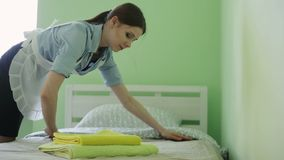 Das Mädchen erhält im Bett stock video