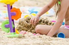 Das Mädchen errichtet ein Sandburg Stockfotos