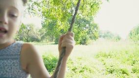 Das Mädchen fährt auf ein Schwingen stock video