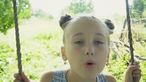 Das Mädchen fährt auf ein Schwingen stock footage