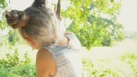 Das Mädchen fährt auf ein Schwingen stock video footage