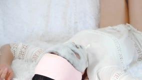 Das Mädchen führt ein Verfahren für Selbsthilfe, unter Verwendung einer Gewebemaske mit Blasen durch Mädchen entspannt sich das L stock video