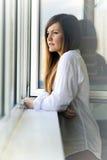 Das Mädchen am Fenster Stockfotos