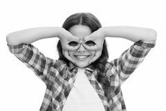 Das Mädchen, das Finger hält, nähern sich Augen wie Glasmaskensuperheld oder -eule Spielspiel mit Maskensuperhelden Kinderfrohe s lizenzfreie stockfotografie