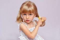 Das Mädchen flicht die Haare. Lizenzfreies Stockbild