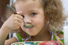 Das Mädchen frühstückt Stockbild