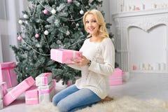 Das Mädchen freut sich zu vielen Geschenken auf Weihnachtsabend Lizenzfreie Stockfotografie