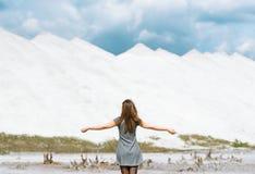 Das Mädchen gegen weiße Berge Stockfotos