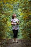 Das Mädchen geht auf Ahornholzallee lizenzfreies stockfoto