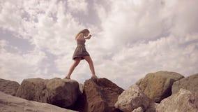 Das Mädchen geht auf den Berg und balanciert auf einem schmalen Kamm und hält einen Handy in ihrer Handzeitlupe stock video footage