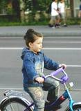 Das Mädchen geht auf ein Fahrrad Lizenzfreies Stockbild