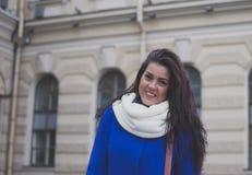 Das Mädchen geht durch die Stadt Stockfotografie