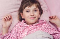 Das Mädchen geht in ein Bett schlafen Lizenzfreie Stockbilder
