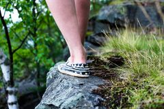 Das Mädchen geht entlang den Rand der Klippe Dieses ist sehr gefährlich und es ist atemberaubend lizenzfreie stockbilder