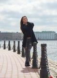 Das Mädchen geht entlang die Ufergegend Peter und Paul-Festung Stockfotos