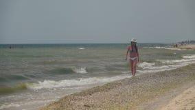 Das Mädchen geht entlang das Ufer Langsame Bewegung stock video