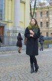 Das Mädchen geht um die Stadt, mit einem Buch Stockfoto