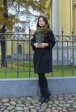 Das Mädchen geht um die Stadt, mit einem Buch Stockbild