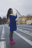 Das Mädchen geht um die Stadt mit Karte Stockfoto