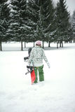 Das Mädchen geht zur Snowboardfahrt stockfotografie