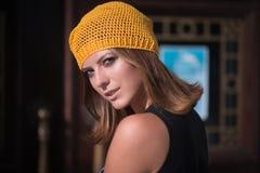 Das Mädchen in Gelb gestricktem Barett Stockfotografie