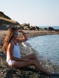 Das Mädchen genießt das Meer Griechenland Lizenzfreie Stockfotos