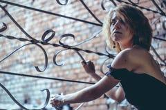 Das Mädchen am Gitter Windows stockbilder
