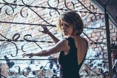 Das Mädchen am Gitter Windows stockbild