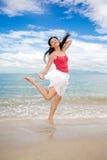 Das Mädchen glücklich springend Stockfotos