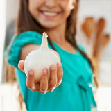 Das Mädchen hält die Zwiebel an Lizenzfreies Stockbild