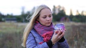 Das Mädchen hält einen Vase, Aquarium stock video footage