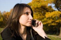 Das Mädchen hält Telefon an Lizenzfreies Stockbild