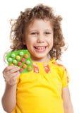 Das Mädchen hält Vitamine lizenzfreie stockfotografie
