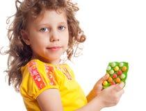 Das Mädchen hält Vitamine lizenzfreie stockfotos