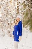 Das Mädchen haben einen Rest im Winterholz lizenzfreie stockfotos