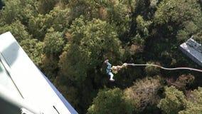 Das Mädchen hat ein erstaunliches Zeitfederelement, das im Himmelpark extreme Unterhaltungen erforschend springt Federelement in  stock video footage