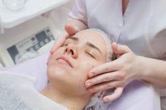 Das Mädchen hat ein Ultraschallhaut-Reinigungsverfahren am Schönheitssalon lizenzfreie stockfotografie