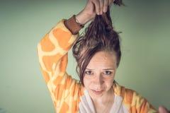 Das Mädchen hat Haarprobleme Jugendfrau, die Problem mit dem verwirrten schlampigen Haar hat Haarpflegeproblemkonzept Helles Spri stockbild