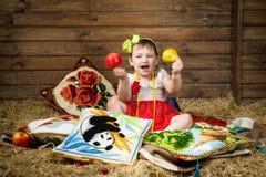 Das Mädchen, Heu, Taschen, Apfel stockfotos